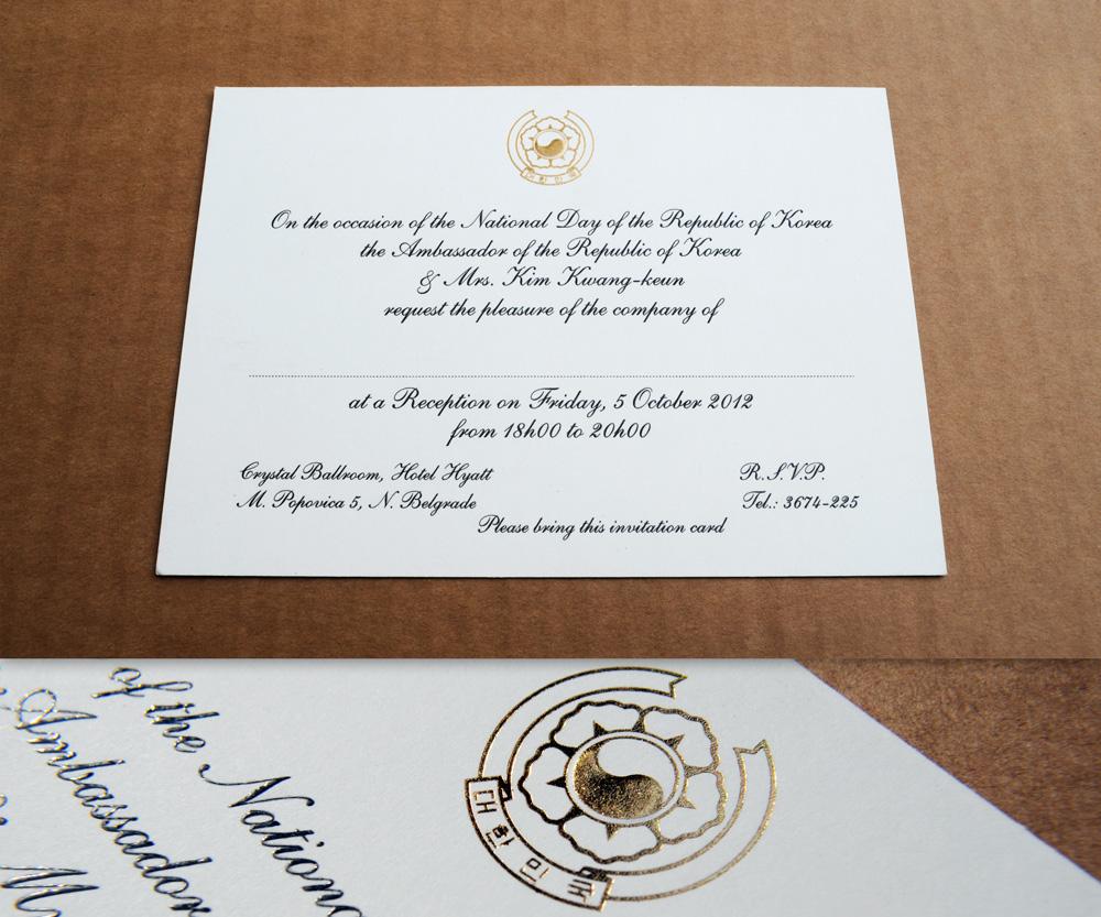 Pozivnica. Tekst u termografiji (crna boja), grb u zlatotisku i blindruku, na belom papiru.