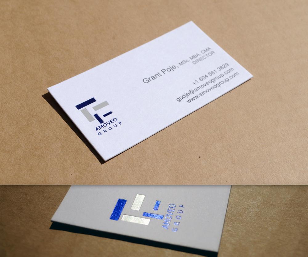 Vizit karta sa logoom u foliotisku (dve boje - plava i mat srebrna) i tekstom u crnoj boji (offset štampa) na belom papiru.