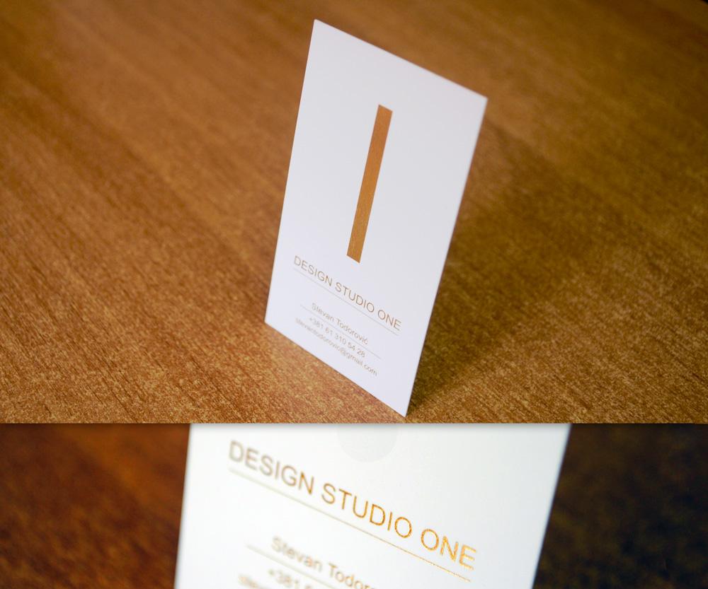 Vizit karta sa zlatotiskom na belom papiru.