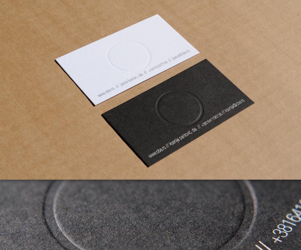 Vizit karte sa foliotiskom (mat srebro) i blindrukom (krug) na belom i crnom papiru.