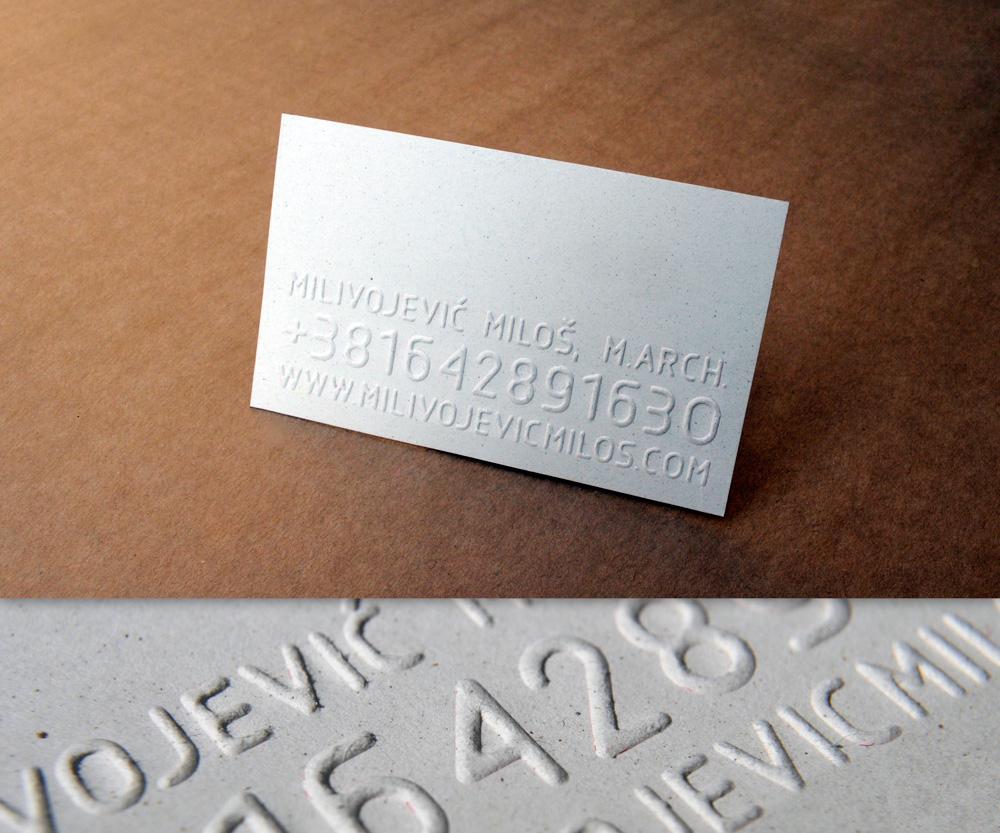 Vizit karte štampana tehnikom blindruka (suvog žiga) na sivom papiru.