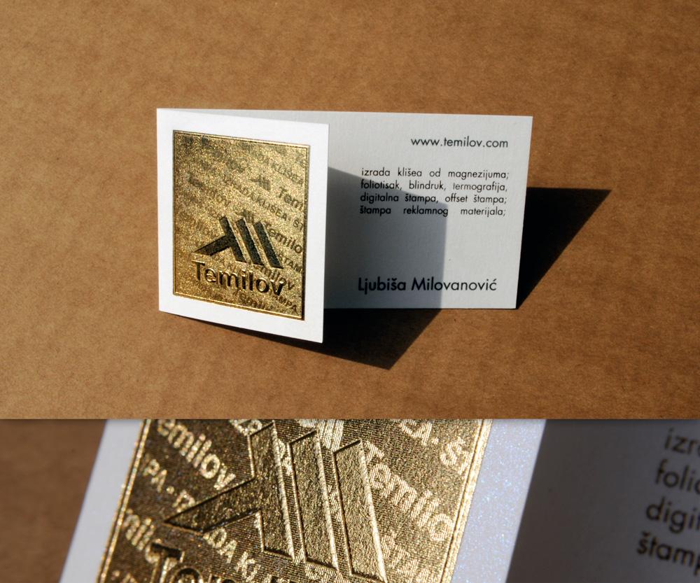 Vizit karta za Temilov. Prednja strana sa Variogramom (foliotisak sa mikroteksturom) i blindrukom, tekst u offsetu (crna boja) i zlatotisku, na belom, sedefastom papiru.