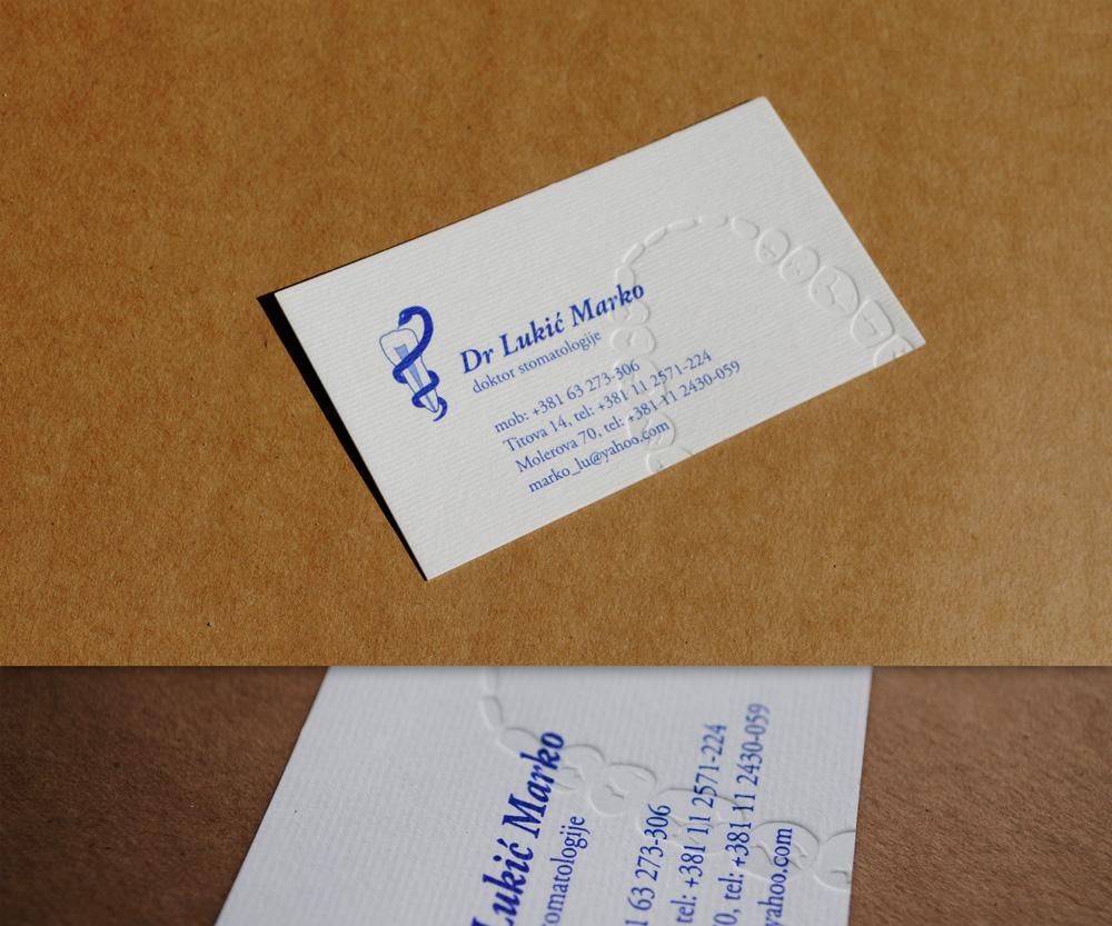 Vizit karta sa plavom bojom (offset štampa) i blindrukom na belom rebrastom papiru.