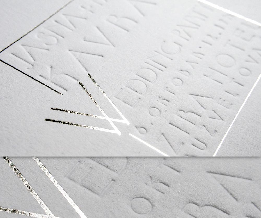 Pozivnica za venčanje. Štampano tehnikama foliotiska (srebna folija) i blindruka.